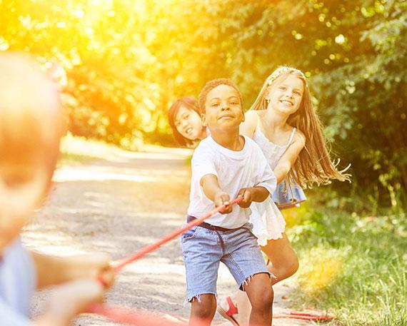 lustige Einlagen und Spiele gehören traditionell zu jeder guten Kinderparty