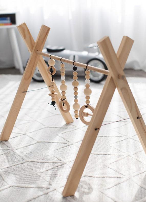 Spielbogen aus Holz selber machen als eine tolle idee für selbstgemachte geschenke für babys