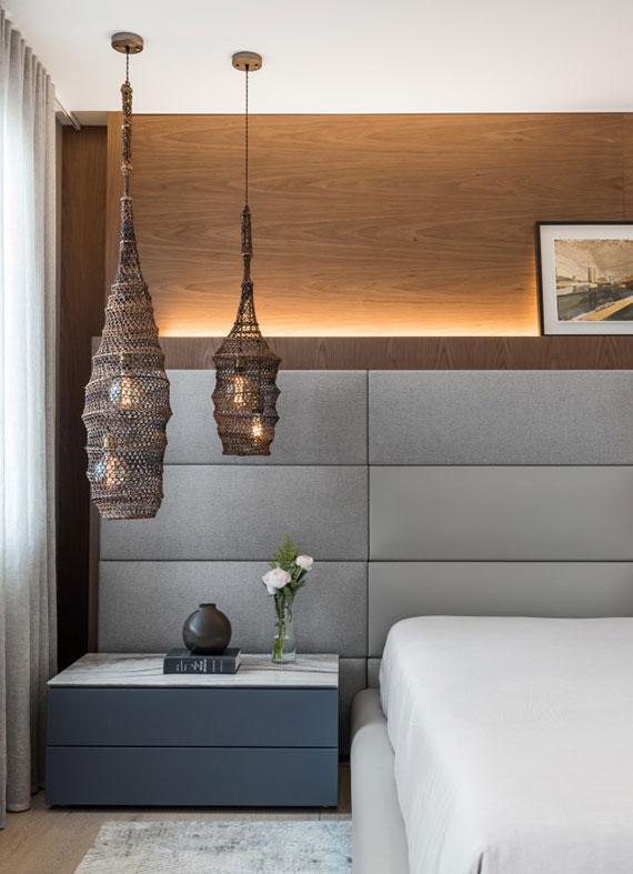 moderne raumgestaltung nach den aktuellen schlafzimmer trends mit holzwandverkleidung und polsterkopfteil