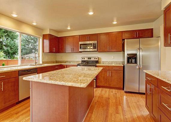einrichtungstipps küche mit einer Kücheninsel als Esstisch und zusätzliche Arbeitsfläche