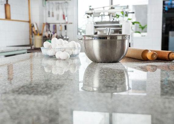 Inselküchen bieten zusätzlichen Stau- und Arbeitsraum, fördern die Kommunikation und machen den Aufenthalt in der Küche noch angenehmer