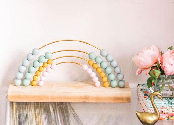 diy regenbogen abacus mit bunten holzperlen als eine der kreativen ideen für selbstgemachte geschnke für kinder
