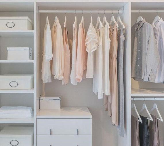 zimmer platzsparend einrichten mit passendem kleiderschrank