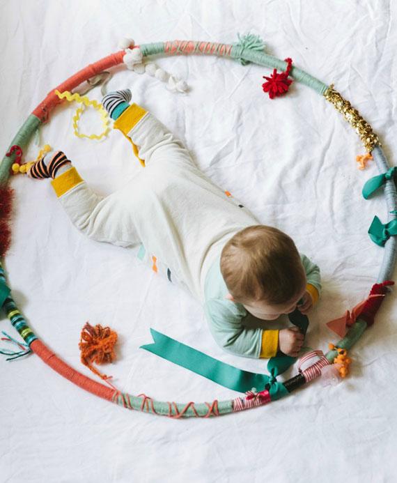 einfache bastelidee für DIY Sensorik-Hula-Hoop als schönes Baby-Geschenk