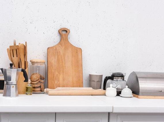 durch platzsparende Unterbringung von Gewürzen und Kochutensilien mehr Platz in der Küche schaffen