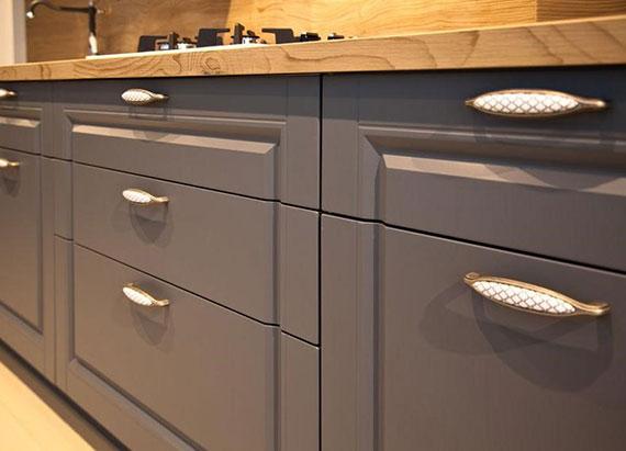 einrichtungstipps für die alte küche_küchenfronten neu gestalten mit klebefolie und neuen griffen