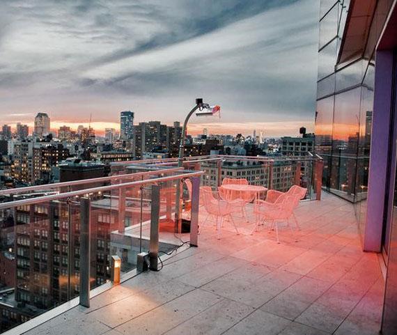 moderne bodengestaltung für dachterassen mit Glasgeländer und Steinplatten aus Beton oder Naturstein