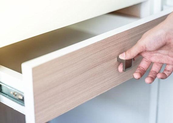 Multifunktionsmöbel mit Standfläche, Stauraum und Ablage für Kleinkram für mehr organisation und eine platzsparende einrichtung kleiner wohnräume