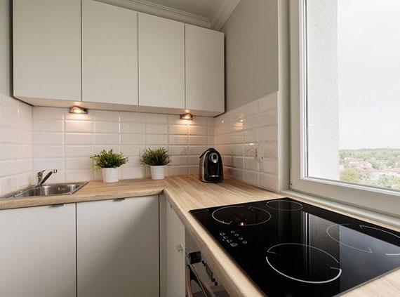 Gestaltung der Küchenrückwand und Aufbewahrungsmöglichkeiten für kleine Küchen