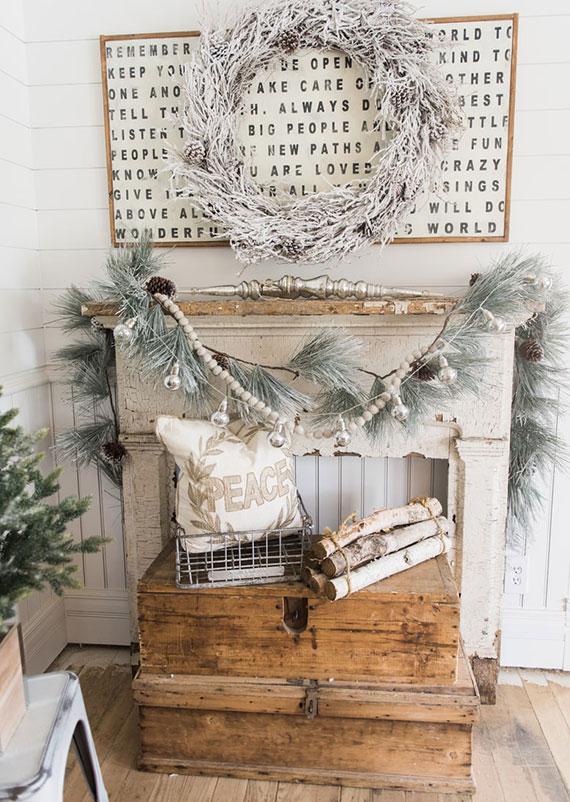 rustikale winterdeko mit verschiedenen naturmaterialien in frostoptik für eine weiße weihnachten