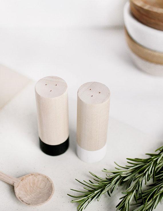 diy Salz- und Pfefferstreuer aus rundholas als kreative geschenkidee zu weihnachten