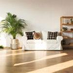 entspannende Atmosphäre im wohnzimmer schaffen mit einem Naturholzboden und vielen Grünpflanzen