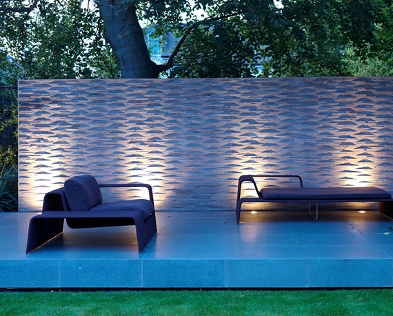 Sitzecke im Garten modern gestalten, in szene setzen und vor Blicken von außen schützen mit einem modernem sichtschutzzaun aus dekorativen betonpaneelen und gartenleuchten