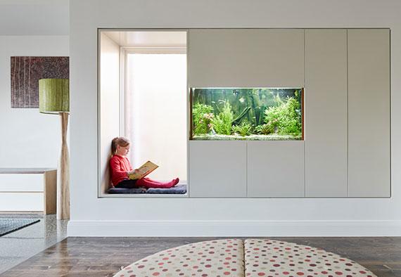 modernes interior design mit einbauaquarium und fenstersitz zum gucken und träumen