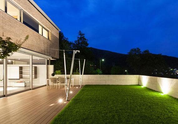 die terrasse als Sommer-Wohnzimmer wohnlich gestalten durch indirekte terrassenbeleuchtung mit LED-Einbaustrahler für Terrassenboden
