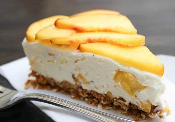No-Bake Rezept für Cheesecake mit Frischkäse, Sahne, Mandeln und frischen Pfirsichen als leckeres Sommerdessert