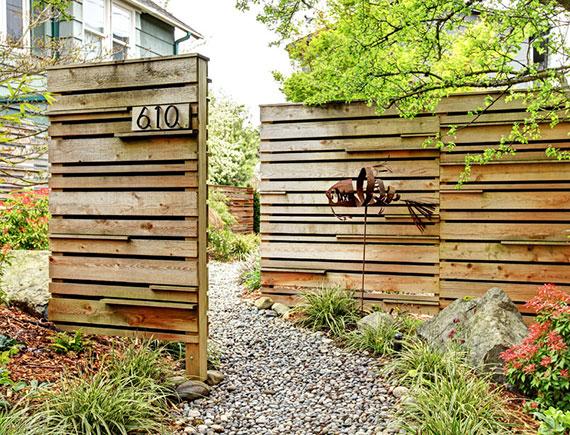Eingang des Grundstücks definieren und modern gestalten durch Eingrenzung mit dekorativen paneelen aus holz