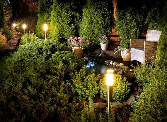 durch die Installation von Sensorleuchten am Rand des Gartenweges schaffen Sie Trittsicherheit und eine energiesparende Terrassenbeleuchtung