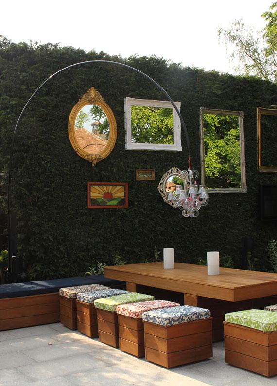 Lebende Einfriedungen_eine natürliche eingrenzung des grundstücks mit grünem gartenzaun aus hecken als idee für attraktive gartengestaltung und gartenwand dekoration mit wandspiegeln