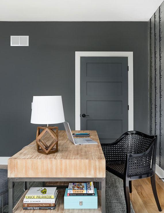 elegante homeoffice farbgestaltung idee mit wandfarbe und zimmertür in dunkelgrau