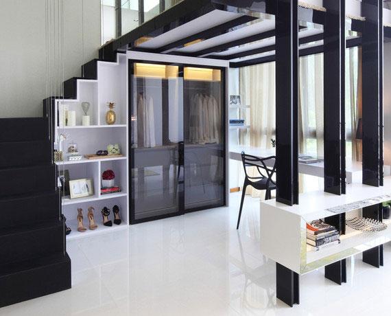 Maisonette mit modernem interieur in schwarz und weiß und stauraum unter treppe für kleidung und schuhen