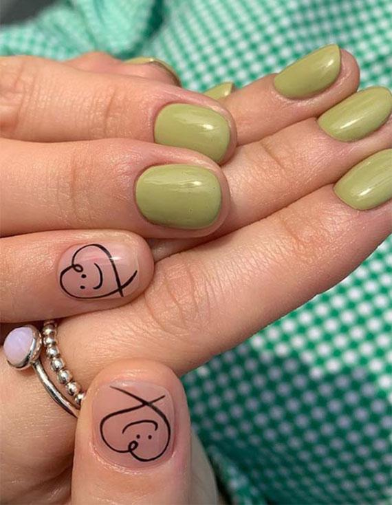 frähliche maniküre für kurze fingernägel mit nagellack olivengrün und schwarzen herzen