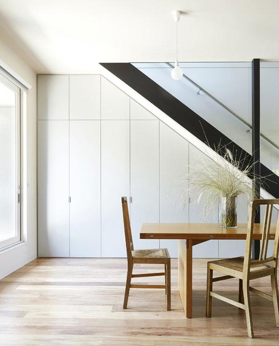 zusätzlichen Platz in öffener Küche schaffen durch einbauschrank unter treppe
