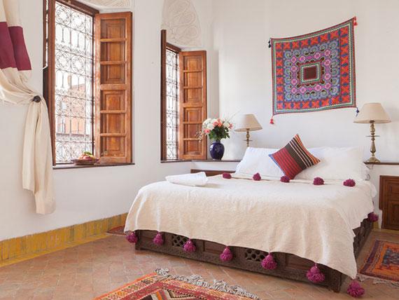 schlafzimmer stylisch dekorieren im orientalischen Stil mit teppich wandbehang