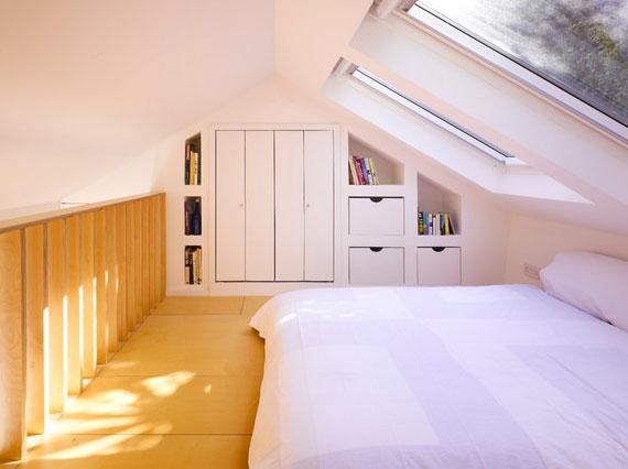stauraum unter treppe und dachschräge schaffen_coole einrichtungsidee für schlafzimmer unter dachschräge mit einbauschrank und nischen für aufbewahrungsboxen