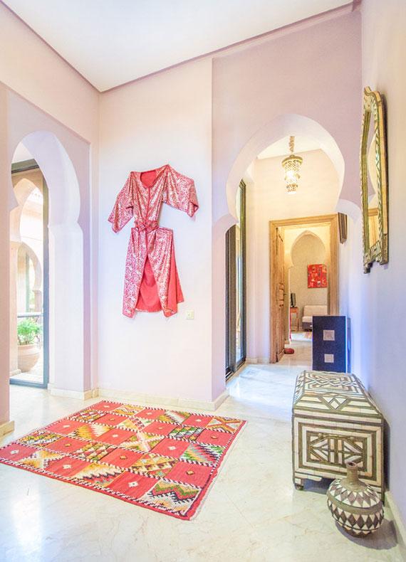 Zimmereinrichtung aus dem Orient_satte Farben, goldene Deko-Artikel wie Kerzenleuchter oder Spiegel,orientalische Stickereien und Ornamente