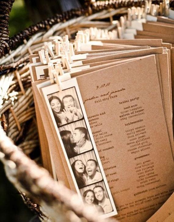 ausgefallene ideen für ausgefallene Hochzeitskarten in Form von Holzplatten mit Fotostreifen