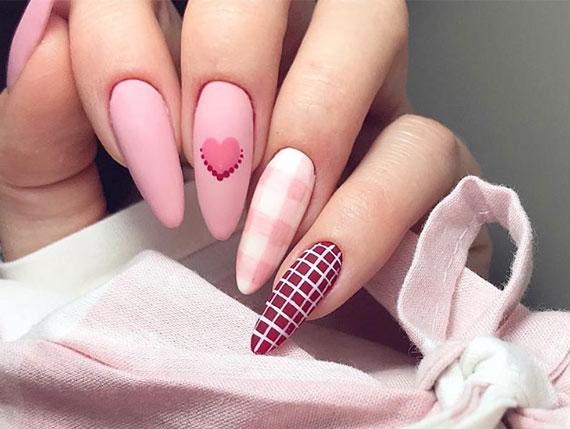 nail art idee zum valentinstag mit verschiedenen rosafarben und karomustern