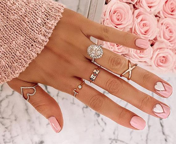 elegante nageldesign ideen für eine romantische maniküre in pink und weiß mit herz motiven