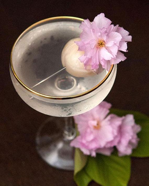 ausgefallene Rezeptideen für einfache Martini Mixgetränke_Sake-Litschi-Martini zu Hause machen