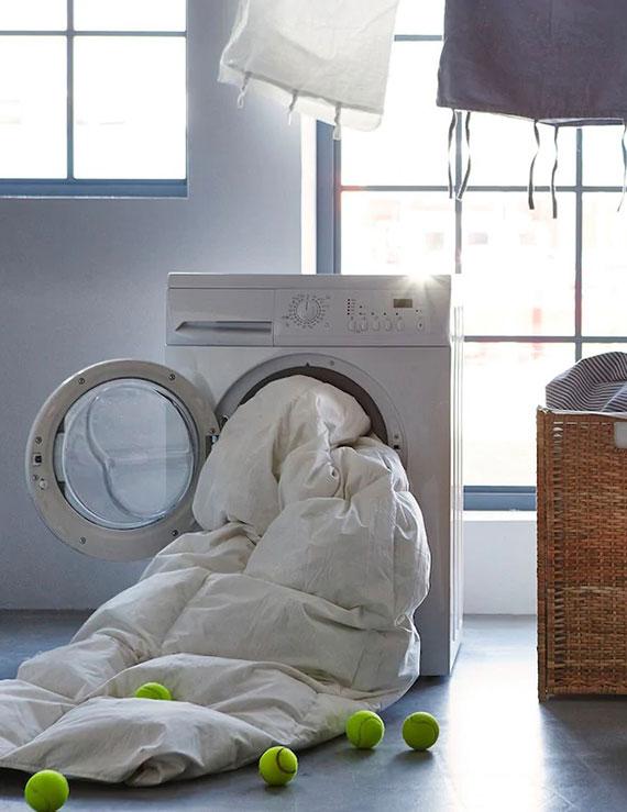 die Daunenfeder der Decke sind sauber und trocken zu halten