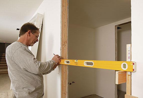 Für den Einbau einer Innentür muss man zuerst die Maße der Türöffnung richtig ermitteln