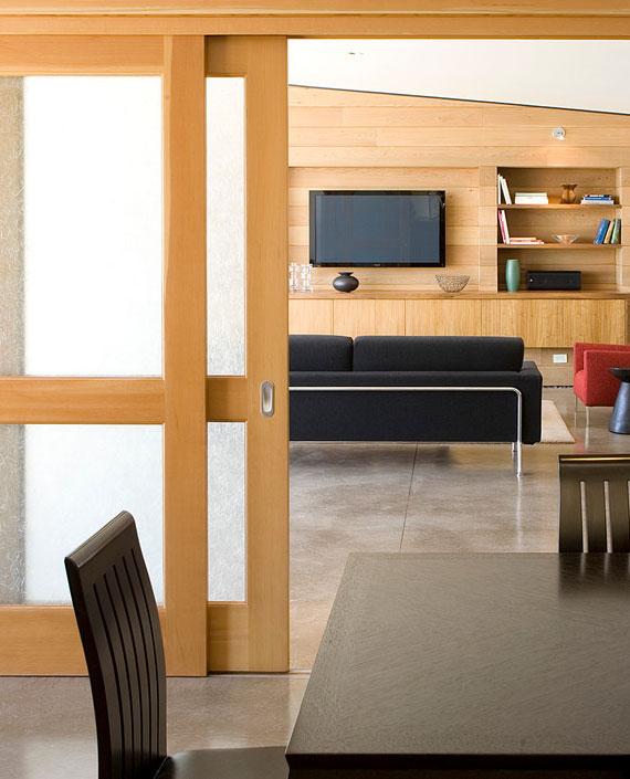 Schiebetüren mit Glasausschnitt wirken attraktiv, lassen natürliches Licht durch den Raum strömen und bieten hohen Nutzen