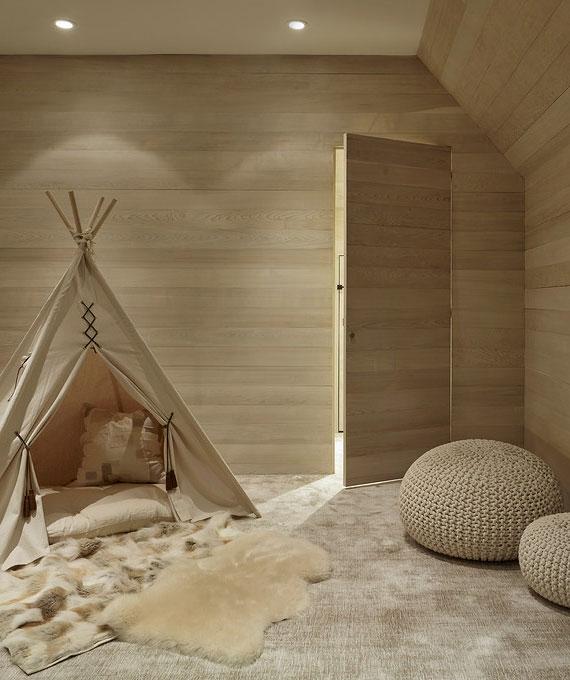flächenbündige rahmenlose Tapetentüren als passende Zimmertüren nach Maß für eine einheitliche wandgestaltung in holzoptik