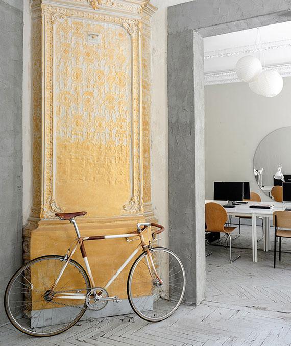 wände mit Gips Ornamenten farbig streichen und in echte Wandkunst verwandeln
