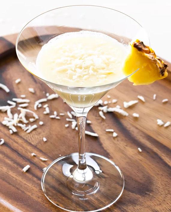 kokosdrings für den sommer_köstliche martini cocktail mit Vanille-Wodka, Kokos Rum, Kokossahne und Schuss Ananassaft