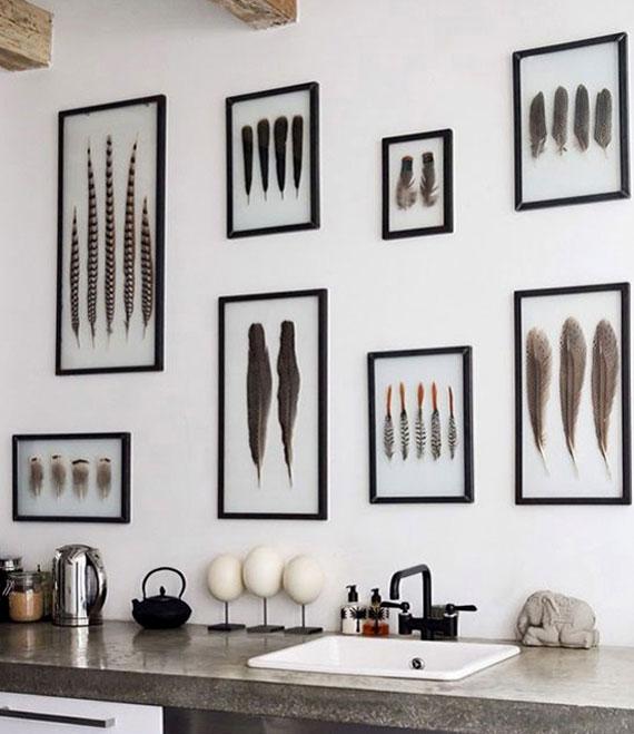 die wand über küchenarbeitsplatte stylisch dekorieren mit Federn in Bilderrahmen