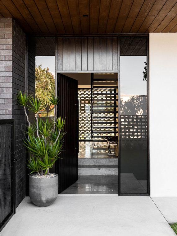 mit Pflanzkübel vor der Haustür den Eingangsbereich in harmonisches Entree verwandeln