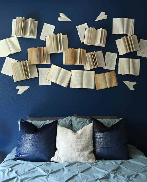 schlafzimmer wanddeko mit büchern als eine attraktive diy wandkunst