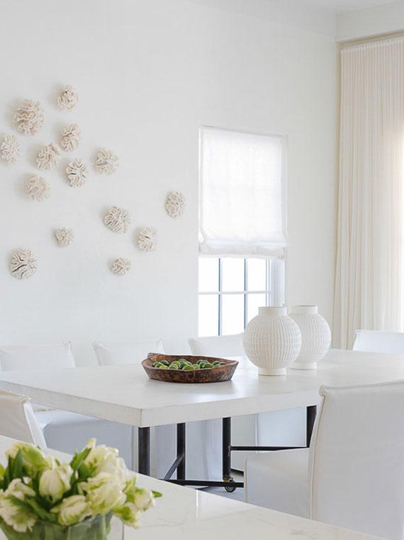wohnliches zimmergestaltung in weiß und creme mit schlicher wanddekoration aus korallen als dezente wandkunst im raum
