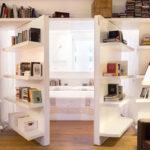 coole wohnidee mit Bücherregal für eine versteckte Zweiflügeltür zum kleinen Schlafzimmer
