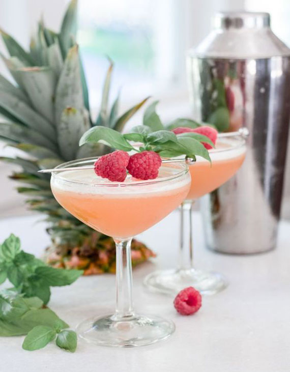 coktail rezept für french martini mit frisch gepresstem Ananassaft, Basillikumblättern und Himbeeren