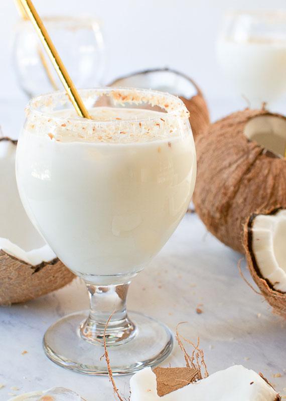 klassischer Cocos Cocktail mit  Kokosmilch, Kokoswasser und  Rum oder Wodka