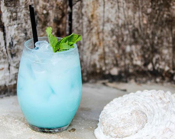 leckere rezeptidee für cocos coktail in hellblau mit  Curaçao, Rum, Eiweiß und Kokossahne