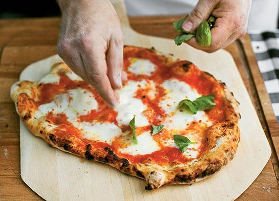 rezept für den perfekten Pizzateig und eine leckere Pizza wie beim Italiener_Pizzaabend mit Freunden