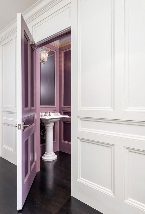 farblich gestaltete Zimmertüren nach Maß können als solitäres Kunstwerk im Raum dienen